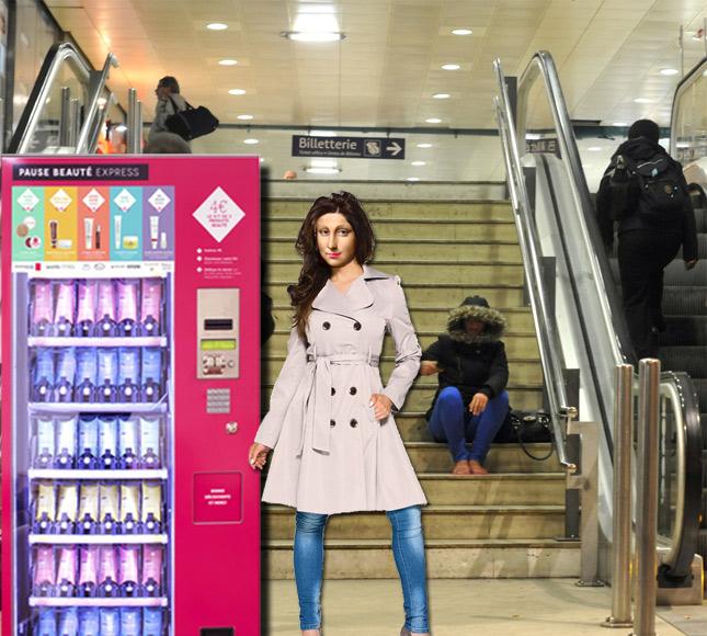 Mona à la gare
